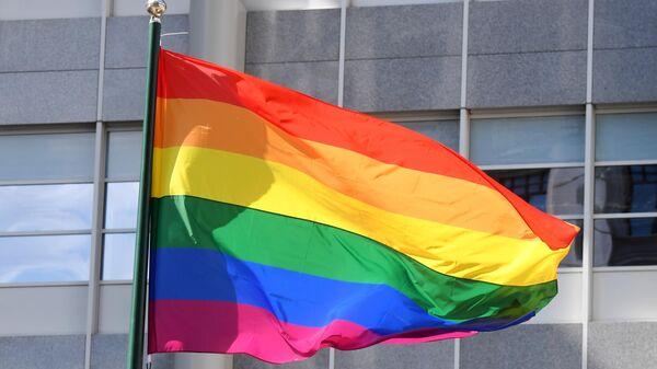 Флаг ЛГБТ-сообщества на здании посольства Великобритании в Москве