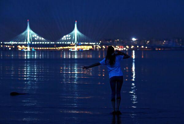 Девушка ожидает начала фейерверка на празднике выпускников Алые паруса в Санкт-Петербурге