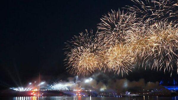 Тысячи залпов в честь выпускников: Алые паруса на Финском заливе