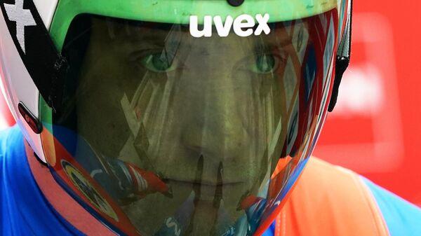 Россиянин Владислав Южаков на старте заезда соревнований двоек среди мужчин на IX этапе Кубка мира по санному спорту в Сочи.