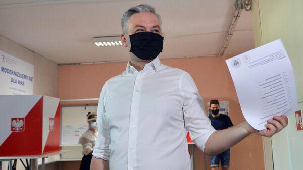 Кандидат в президенты Польши от объединенных левых Роберт Бедрон голосует на выборах президента Польши на избирательном участке в Варшаве