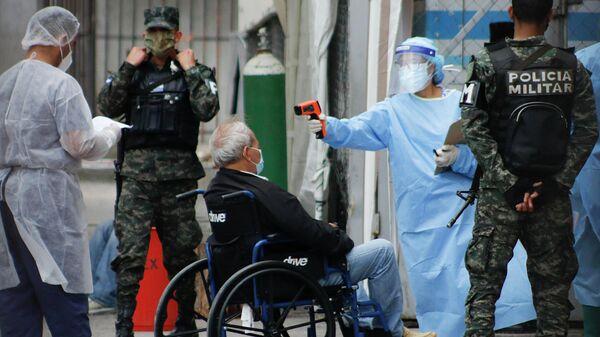 Медицинские работники и сотрудники правоохранительных органов возле больницы в Тегусигальпе, Гондурас