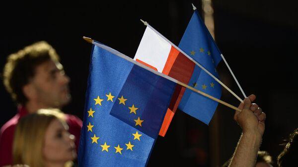 Флаги Евросоюза в предвыборном штабе мэра Варшавы, кандидата от оппозиционного объединения Гражданская коалиция Рафала Тшасковского в день выборов президента Польши в Варшаве