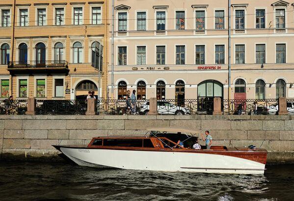 Прогулочный катер на реке Фонтанке в Санкт-Петербурге