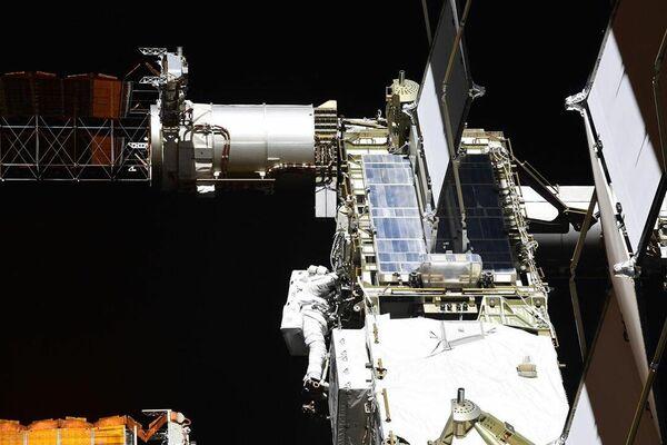 Выход в открытый космос астронавтов NASA Криса Кэссиди и Роберта Бенкена
