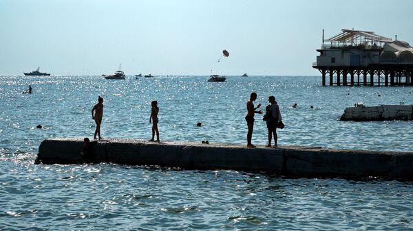 Отдыхающая на пляже Цирк в Сочи