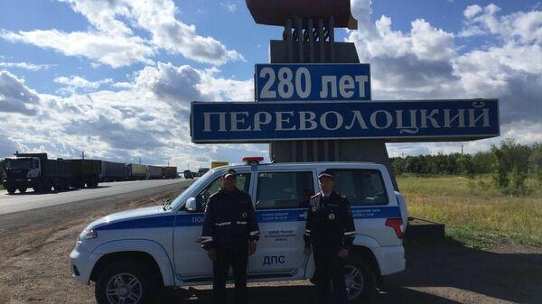 Сотрудники ДПС Переволоцкого района помогли водителю извлечь из автомобиля метровую змею