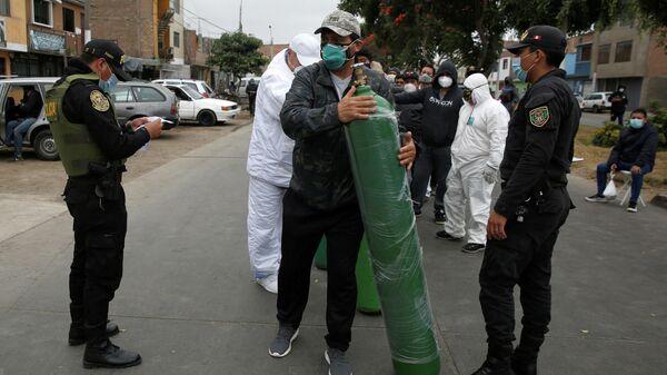 Очередь на заправку кислородных баллонов в Лиме, Перу