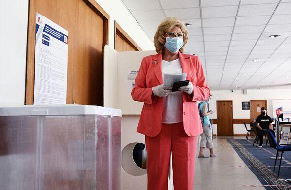 Уполномоченный по правам человека в РФ Татьяна Москалькова голосует по вопросу внесения поправок в Конституцию РФ на избирательном участке в Москве