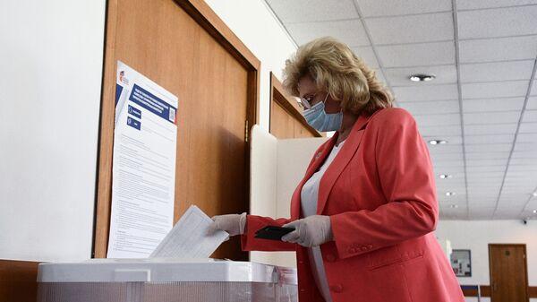Татьяна Москалькова голосует по вопросу внесения поправок в Конституцию РФ на избирательном участке в Москве