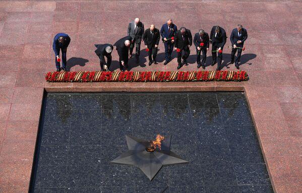 Президент РФ Владимир Путин и главы государств, приглашенные на военный парад, на церемонии совместного возложения цветов к Могиле Неизвестного Солдата в Александровском саду в Москве
