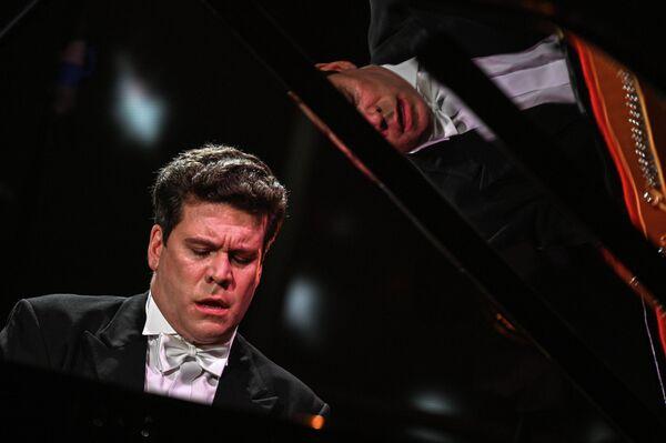 Народный артист РФ, пианист-виртуоз и общественный деятель Денис Мацуев во время онлайн-концерта