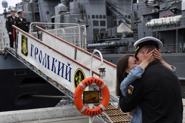 Встреча отряда боевых кораблей  Громкий и Совершенный во Владивостоке