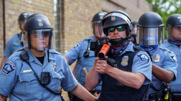 Полицейские возле полицейского участкав Миннеаполисе, штат Миннесота