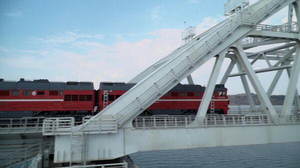 Грузовой поезд едет по Крымскому мосту