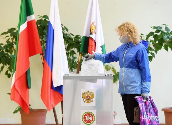 Женщина голосует по вопросу внесения поправок в Конституцию РФ на избирательном участке №322 в Казани