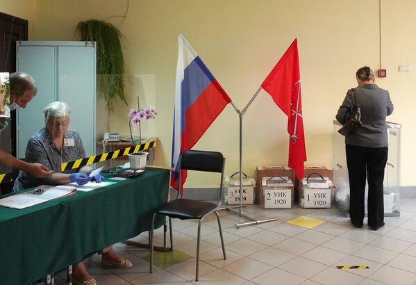 Женщина голосует по вопросу внесения поправок в Конституцию РФ на избирательном участке №1920 в Санкт-Петербурге