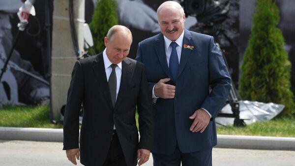 Президент РФ Владимир Путин и президент Белоруссии Александр Лукашенко на церемонии открытия Ржевского мемориала