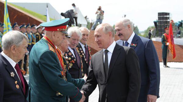 Президент РФ Владимир Путин приветствует ветеранов Великой Отечественной войны на церемонии открытия Ржевского мемориала