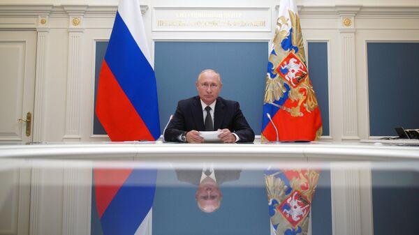 Президент РФ Владимир Путин во время видеоконференции по случаю открытия медицинских центров Министерства обороны РФ