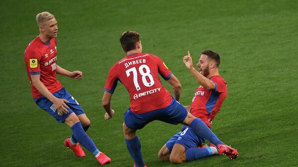 Игроки ЦСКА Хёрдур Магнуссон, Игорь Дивеев и Никола Влашич радуются забитому голу