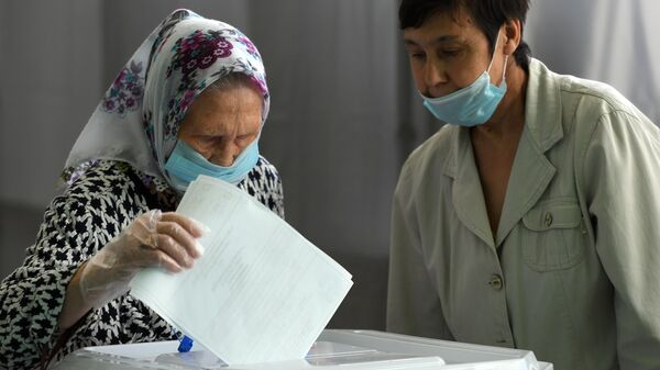 Женщина голосует по вопросу одобрения изменений в Конституцию России на избирательном участке №323 в Казани