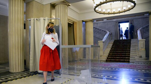 Девушка во время голосования по вопросу одобрения изменений в Конституцию на избирательном участке