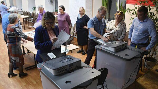 Подсчет голосов по итогам голосования по поправкам в Конституцию РФ на избирательном участке во Владивостоке