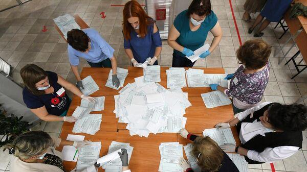 Члены избирательной комиссии во время подсчета голосов по итогам голосования по поправкам в Конституцию РФ на избирательном участке No101 в Саяногорске