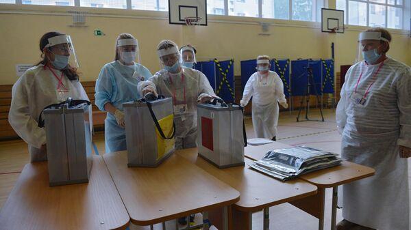 Члены избирательной комиссии во время подсчета голосов по итогам голосования по поправкам в Конституцию России на избирательном участке в Екатеринбурге