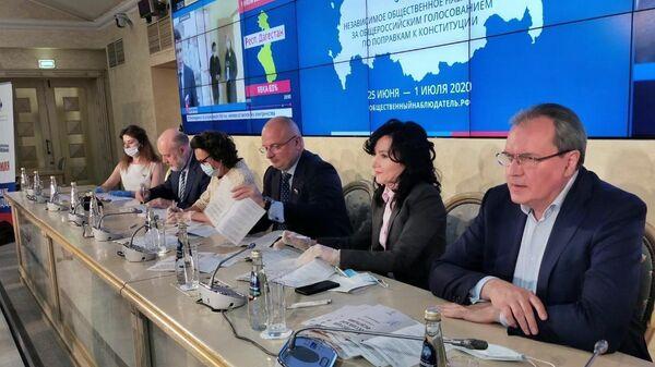 Члены рабочей группы по поправкам в конституцию подписывают на память текст обновленной конституции РФ