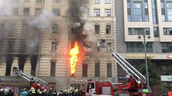 Видео с места пожара в историческом центре Москвы