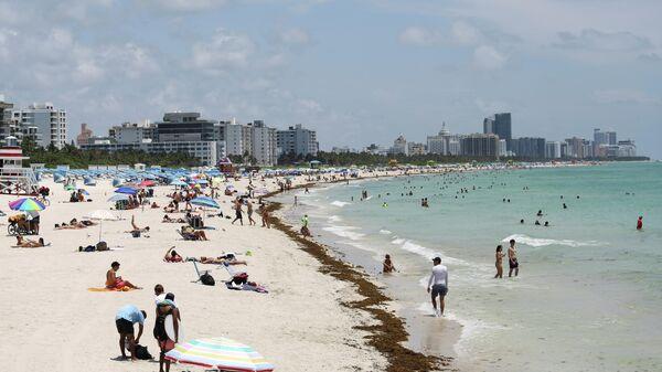 Отдыхающие на Южном пляже в Майами-Бич, Флорида, США