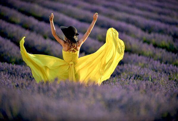 Девушка на лавандовом поле в Крыму