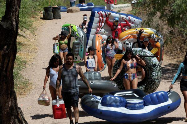Люди идут на тюбинг по Солт-Ривер, Аризона