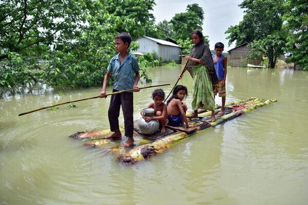 Жители индийской деревни Майонг, пострадавшей от наводнения