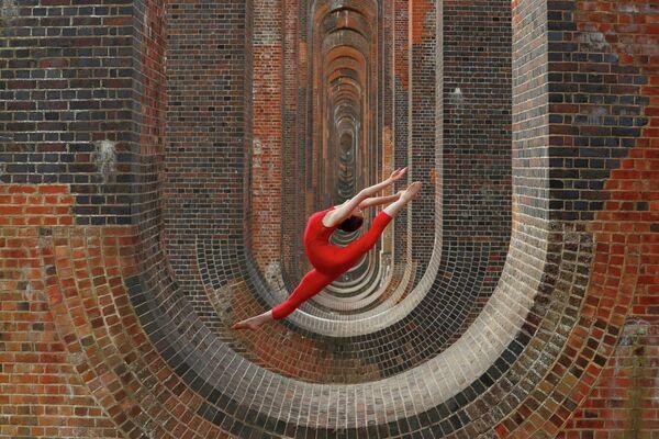 Танцовщица Ханна Мартин во время тренировки у виадука долины Уз в Великобритании