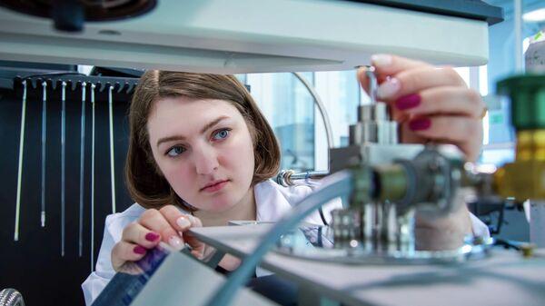 К. ф.- м. н. Кристина Гриценко за работой в лаборатории
