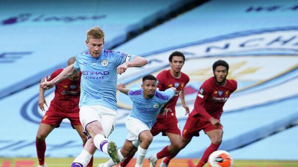 Футболист Манчестер Сити Кевин Де Брёйне пробивает пенальти в ворота Ливерпуля