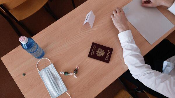 Предметы на парте ученика перед началом единого государственного экзамена по информатике в Образовательном центре гимназии No 6 Горностай в Новосибирск
