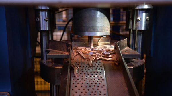 Прессование контактов и втулок из медного порошка в цехе по производству порошковых изделий на заводе Уралэлектромедьв Верхней Пышме
