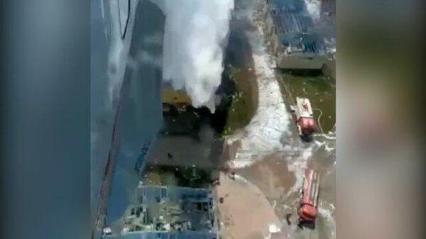Российский самолет-амфибия Бе-200 тушит пожар на фабрике фейерверков в Сакарье