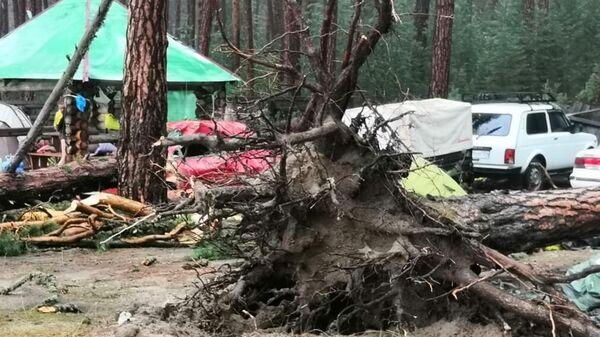Разрушенный  палаточный лагерь на берегу озера Маслеево в Дзержинском районе Красноярского края