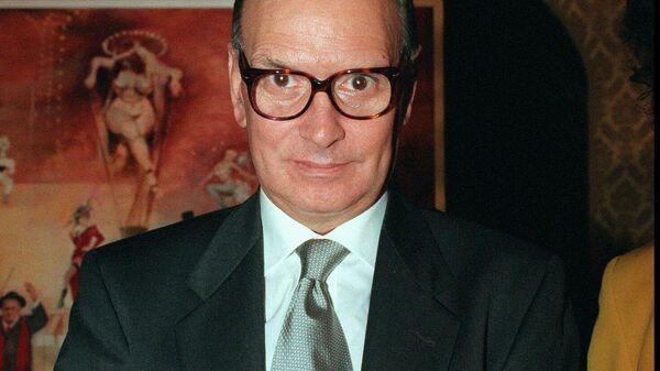 Итальянский композитор Эннио Морриконе показывает премию Rota Prize, которую он получил в Риме. 1995 год
