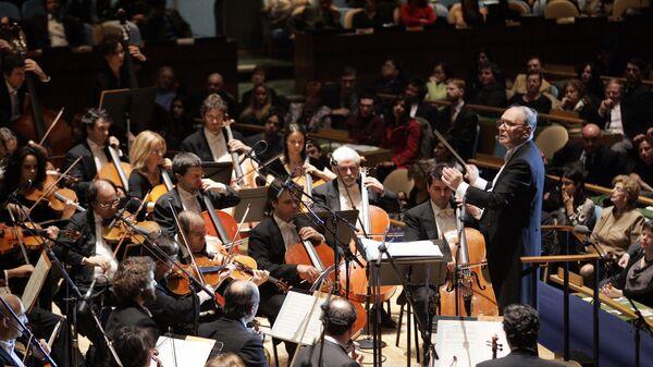Итальянский композитор Эннио Морриконе дирижирует Римским симфоническим оркестром