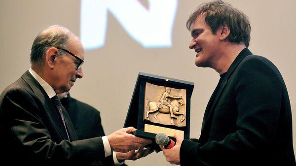 Композитор Эннио Морриконе вручает премию Римского кинофестиваля американскому режиссеру Квентину Тарантино