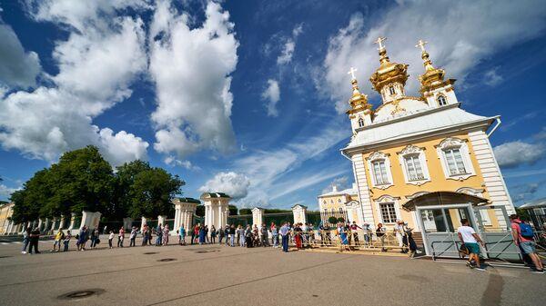 Очередь на входе в Государственный музей-заповедник Петергоф
