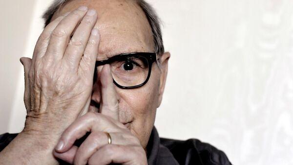 Итальянский композитор Эннио Морриконе позирует во время интервью в Риме. 2017 год