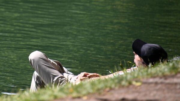 Мужчина в жаркий день в парке
