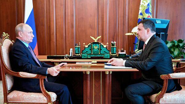Президент РФ Владимир Путин и генеральный директор АО Почта России Максим Акимов (справа) во время встречи